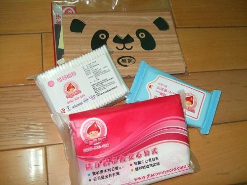 安全護角墊一個、粗軸塑膠捲軸棉花棒1包、濕紙巾1小包、衛生紙1小包