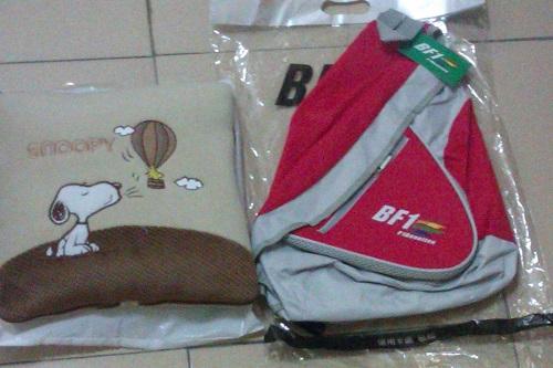 班尼頓BF1活力後側背包、Snoopy熱氣球系列棉被抱枕。