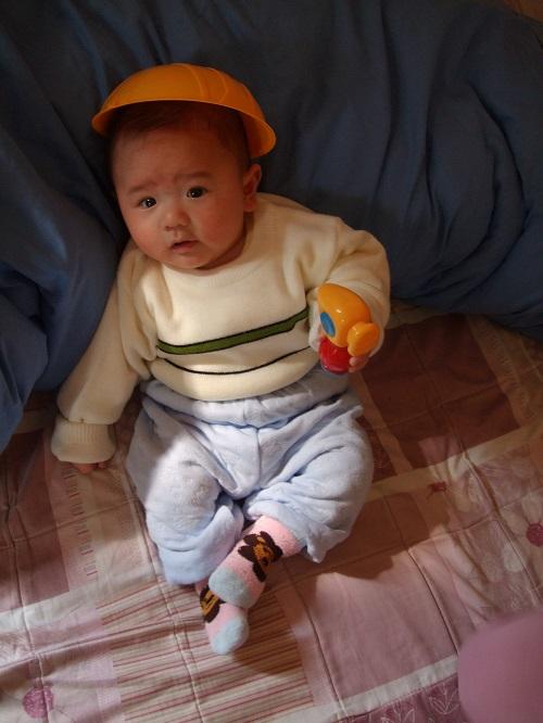 帶上玩具安全帽和玩具鐵槌,準備上工。