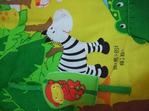 透過布書,可以了解 上下的概念 - 猴子可沿著綠繩上下移動