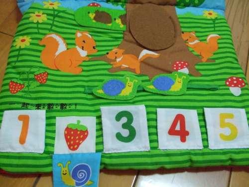 透過布書,可以簡單了解 數字的概念 - 2顆草莓、2隻鍋牛