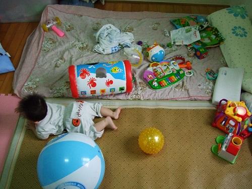 寶寶在玩具堆中爬行